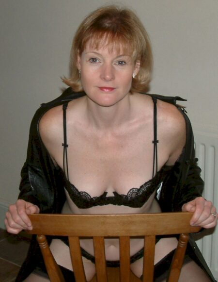 Femme mature coquine docile pour coquin qui aime la domination souvent disponible