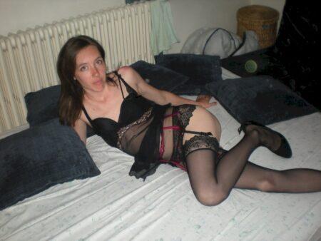 Jeune femme coquine docile pour gars directif